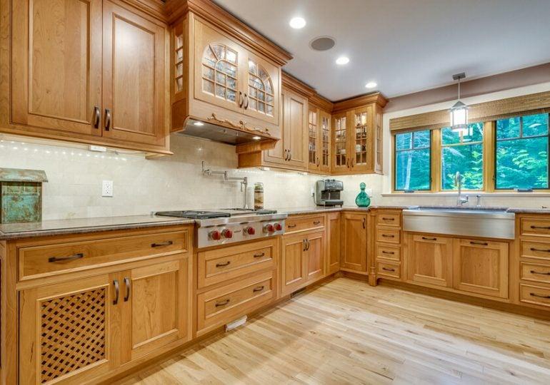 Как удалить жирный налет на деревянных кухонных шкафах?